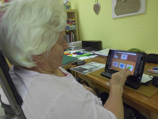 Foto: Seniorin bedient Tablet