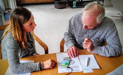 Foto: Benutzertest - junge Frau mit älterem Herrn
