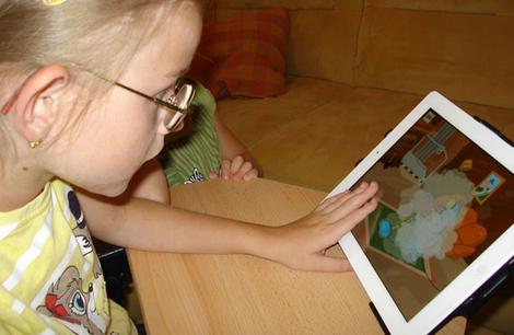 Foto: Mädchen bedient ein iPad