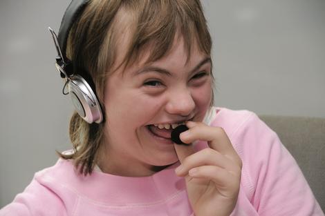 Foto: Junges Mädchen mit Kopfhörer und Mikro, Projekt Prosperity4all