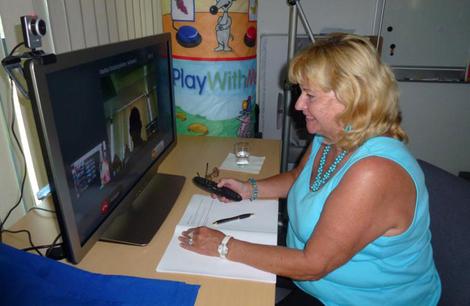 Foto: Frau testet das HOMEdotOLD Programm am TV-Gerät
