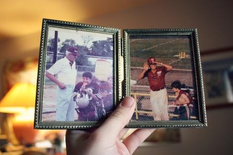 Foto: Bilderrahmen mit zwei Fotos, auf denen man einen älteren Herrn und einen Jungen bei einem Baseballspiel sieht.