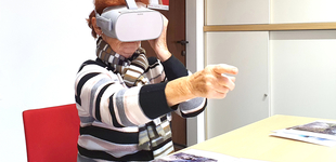 Foto: Seniorin mit Virtual Reality Brille beim Test für das Projekt VR4Mind&Motion